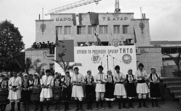Штафетата на младоста - 1979 година пред Стариот театар. Во позадина се гледа кран и дел од новиот објект кој се гради
