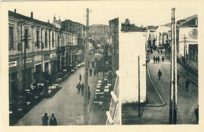 """Широк Сокак на разгледница од 1925 година. На левата страна е хотелот """"Босна"""" со слаткарницата """"Пешка"""" прва на левата страна, и многубројните мали ресторани од двете страни на улицата. Десно е поглед на Широк Сокак кон југ"""