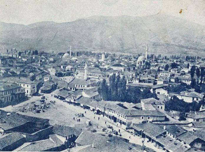 Панорама на Битола направена од минарето на Хајдар Кади џамијата, во 1915 година. Во преден план е Дрвен Пазар (подоцна наречен Овчки Пазар) а подалеку Сунгур Чауш џамијата која денес не постои, Исак Јени џамијата и Саат кулата. Разгледницата е издадена и печатена во: Printing House- Boushinov