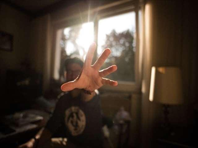 手を伸ばす男性