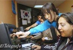 Coreanos enseñan informática en Alausí