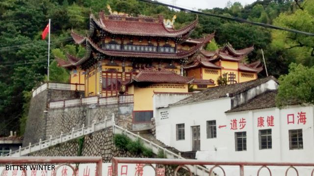 The Haikou Town Guanyin Pavilion has erected a national flag