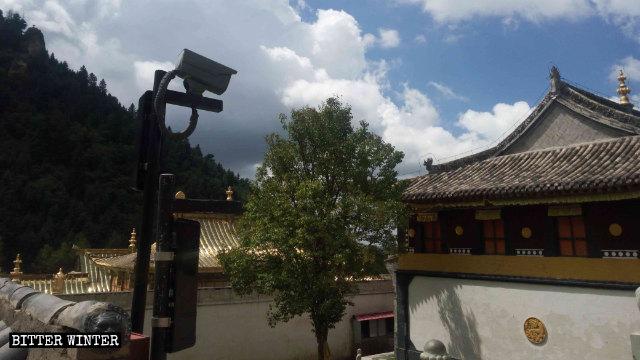 寺庙的院子里还安装了监视摄像机。