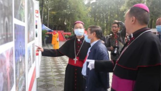 """Sichuan Province government leaders and religious community representatives took part in an event """"Love Your Country, Religion, and Hometown"""" to mark the 71st anniversary of the founding of the People's Republic of China, organized in the provincial capital Chengdu on September 29."""