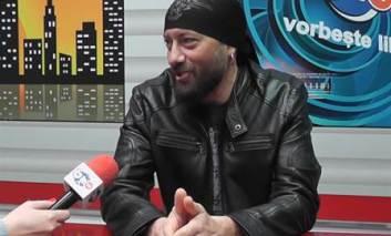 Basistul trupei Talisman, la BIT TV Pașcani. Este câștigătorul emisiunii Lecții de șah