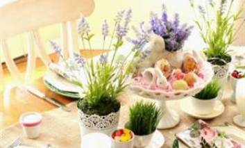 Cum se aranjează corect masa festivă de Paşte. Mâncărurile care se servesc obligatoriu pe partea stângă a invitatului