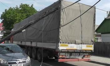 Incident pe strada Mihai Eminescu, din Pașcani. Un camion a smuls stalpii de telefonie si a avariat o masina