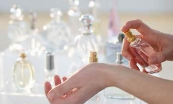Ingredientul din parfumuri de care trebuie să ne ferim