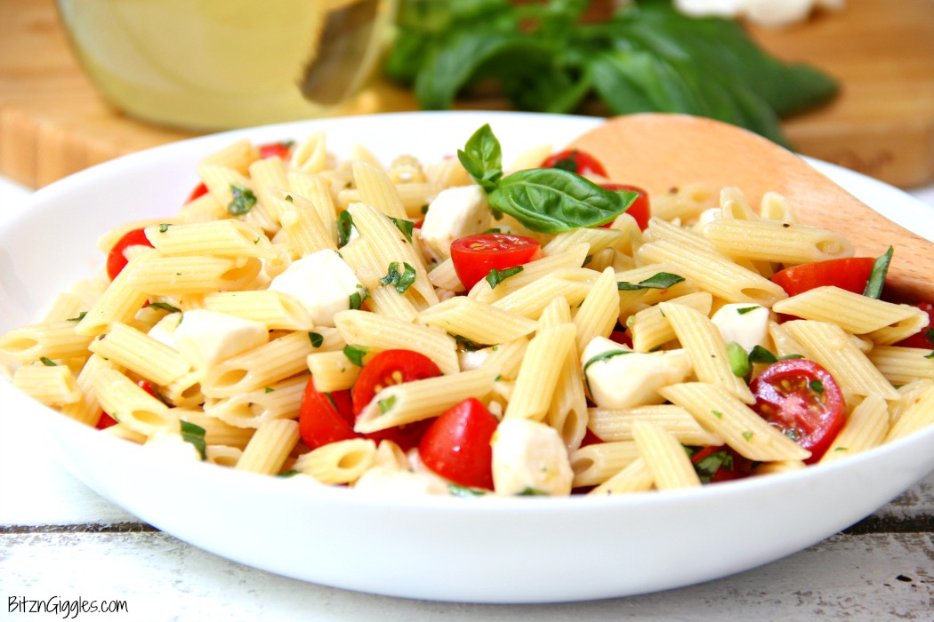 Caprese Pasta Salad - A quick and easy salad with fresh tomatoes, mozzarella and basil! Yum!