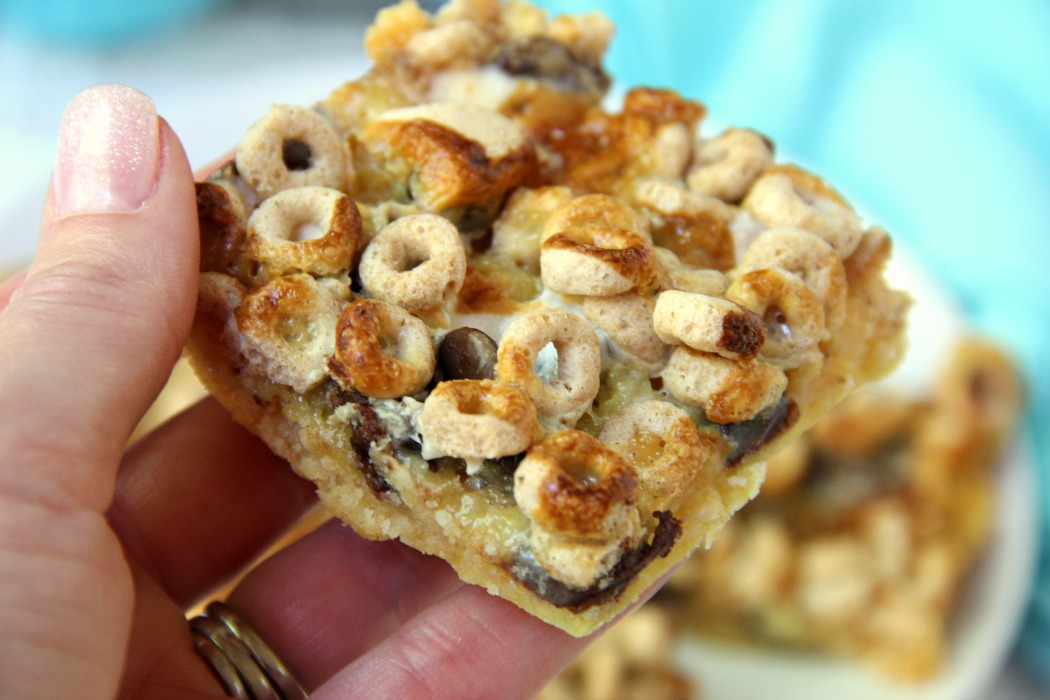 Gooey Cheerio & Chocolate Bars - Sweet and chewy bars made with yellow cake mix, marshmallows, Cheerios and chocolate chips! Addicting and oh so good!