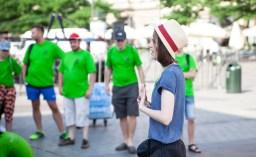 Podczas odprawy wolontariuszy na krakowskim Rynku Głównym, w dniu finału Festiwalu Zaczarowanej Piosenki, fot.: Aleksandra Tatara.