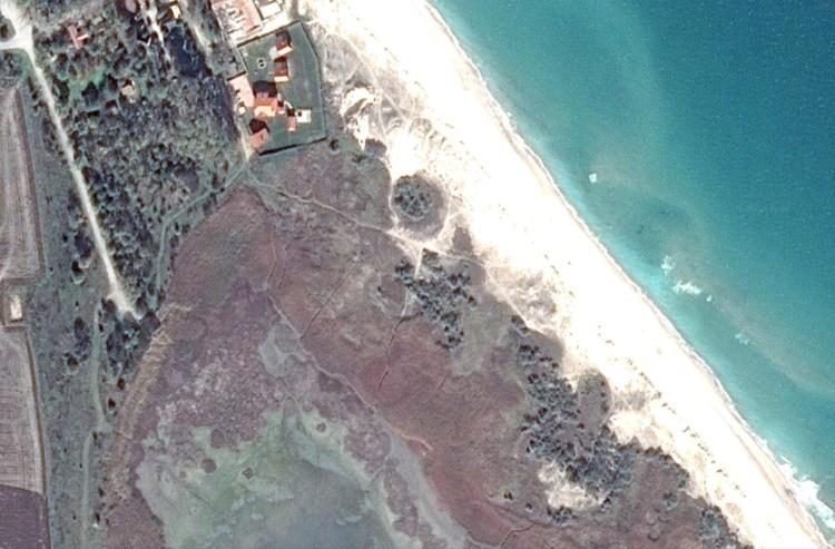 Сателитна снимка с имотите на Гриша Ганчев, които са върху дюни.