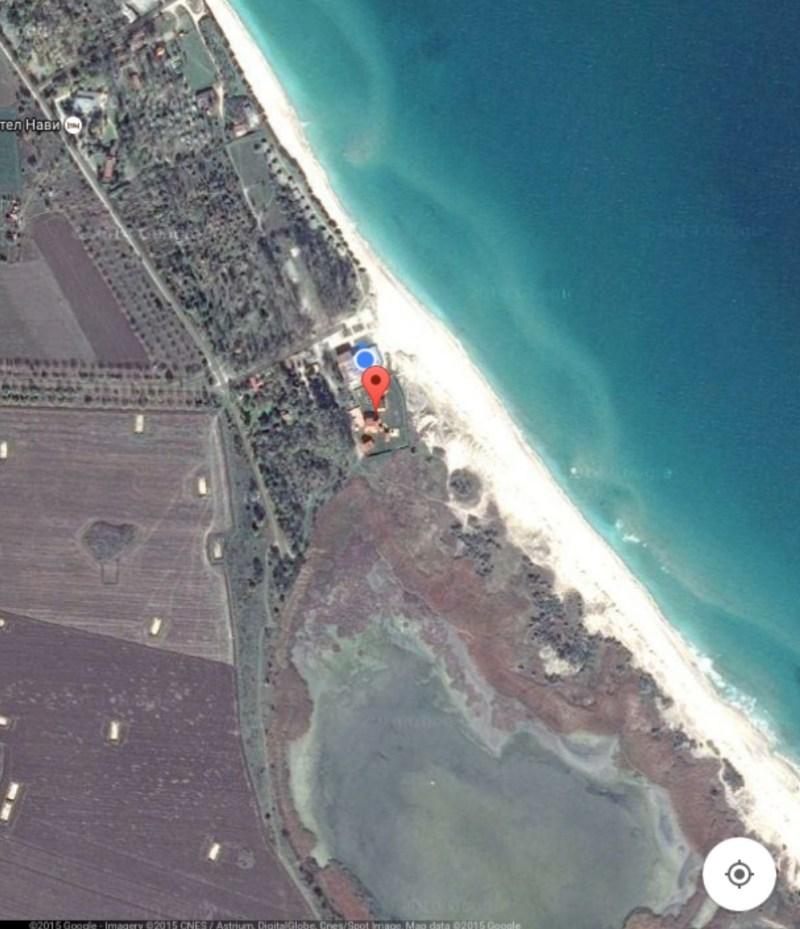 Почивната база на властта, построена върху заравнени дюни в защитена територия.
