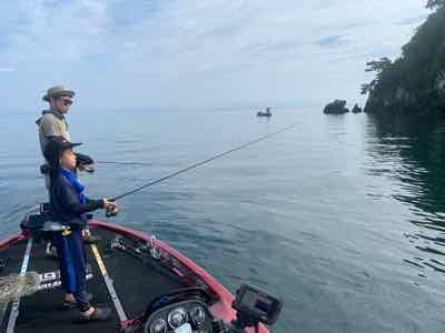 8月1日は顔出しNG様、2日はバス釣り初心者まだ釣ったことない3年生のS君とお父さんに生まれて初めてのバスを!GETNETジャスターフィッシュ3.5DSとワイルドサイドST65Lで!