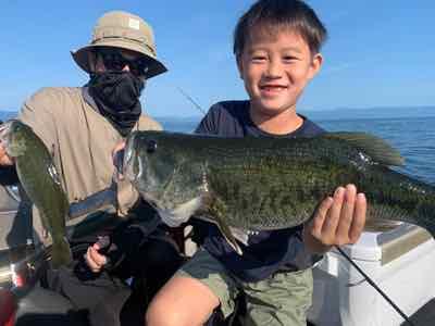 7月23日琵琶湖ガイドはMさん親子が1年ぶりにGETNETジャスターフィッシュ3.5DSで52cm49cm他をキャッチして夏を満喫!