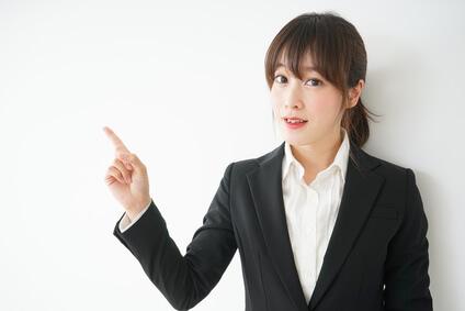指をさしている女性