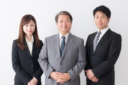 スーツを着た女性と男性2人