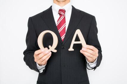 Q&Aを差し出す男性