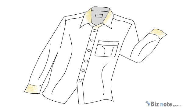 シワがあり、襟と袖口が汚れたシャツ