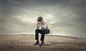 職場で孤立してしまった時の5つの改善策