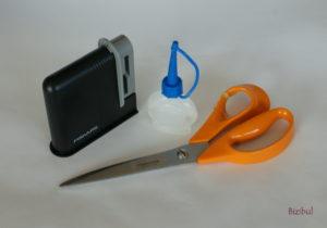 Matériel nécessaire à l'entretien des ciseaux : huile pour machine à coudre et aiguiseur