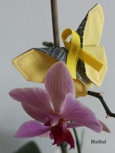 papillon origami sur une branche d'orchidée