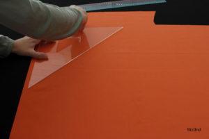 étape de découpe du tissu orange pour former le sac à bonbons d'Halloween