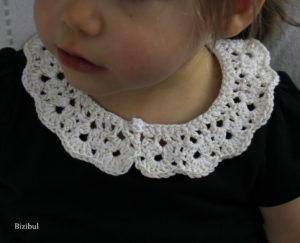 tenues à adopter avec un col à poser : sur un tee shirt uni noir