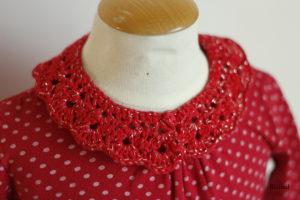 détail du col à poser rouge avec la tenue du quotidien