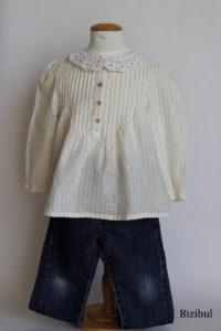 les tenues à adopter avec un col à poser festif peuvent être une tunique avec des fils dorés ou un haut à paillettes par exemple