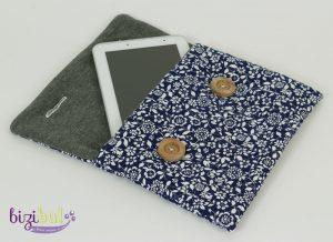 housse de tablette tactile réalisable en cours de couture bizibul avec du tissu matelassé doublure en coton, et une fermeture par boutons et boutonnière