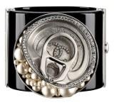 Diamentowo-perłowa bransoleta Chanel w kształcie konserwy. Dzieło Karla Lagerfelda. Źródło: Chanel