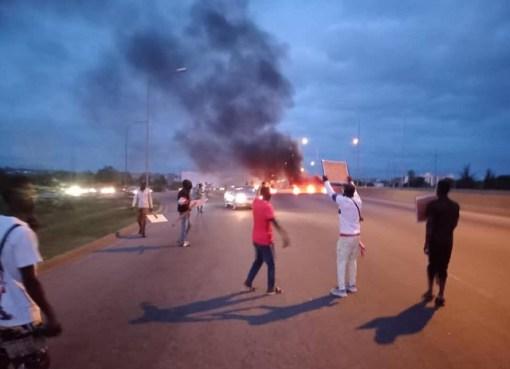 #BuhariMustGo Protesters Disrupt Traffic Along Abuja Airport