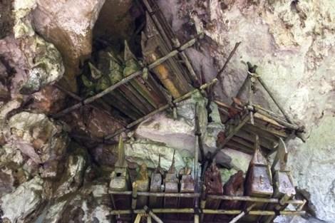 hanging-grave-londa-cave-tana-toraja-indonesia
