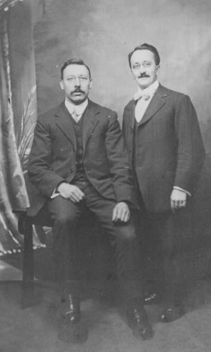 Harry Bensley, sulla sinistra.