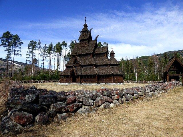 Temple païen scandinave, les lieux de culte viking sont de magnifiques constructions d'architecture. Des lieux incontournables à visiter pour découvrir l'histoire et les traditions païennes.