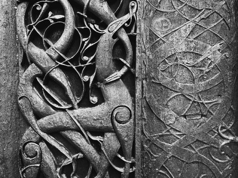 sculpture animal viking sur une porte de temple, tradition païenne scandinave