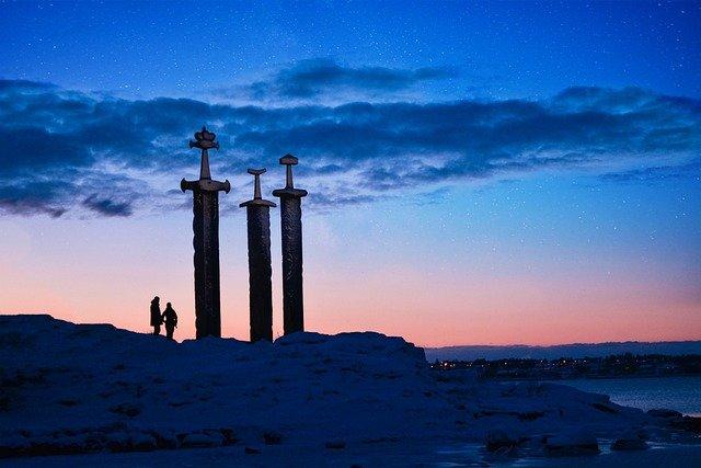 stavanger 3 épées viking en Norvège monument de culture païenne