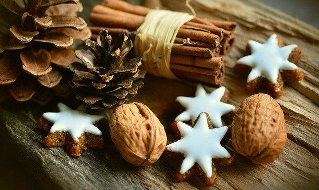 biscuits à la cannelle et noix pour fêter Yule lors des célébrations de la roue de l'année