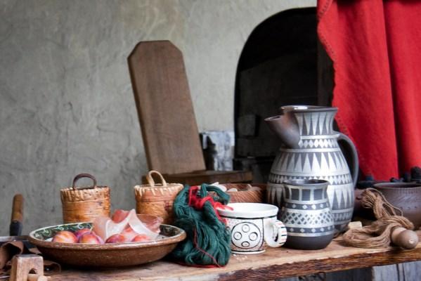 table du moyen-âge pour apprecier l'authantique cuisine médiévale