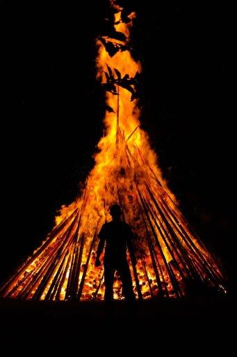 grand feu de joie de fête païenne