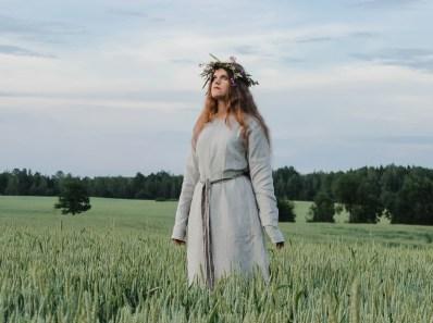 femme païenne dans un champ de blé pour litha