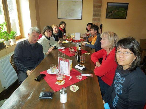 Obedujeme v miestnej hospode v Popiciach. Traja z nás sa potom šťastne spred hospody dostali do Znojma miestnym autobusom.