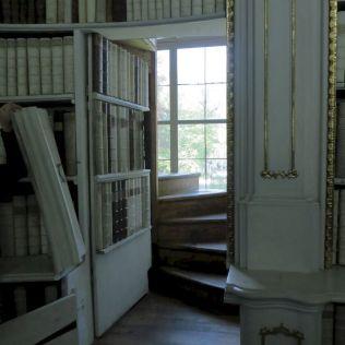 Tajné dvere, ktorými sa chodí do hornej časti knižnice.