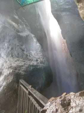 Najvyšší vodopád, voda padá a hučí z výšky 100 m!