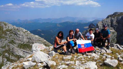 Konečne na vrchole Zlej Kolaty, za nami Čierna Hora, pred nami Albánsko. Keďže je Zlá Kolata na hranici, nie každý Čiernohorec ju považuje za najvyšší vrch Čiernej Hory, hoci oficiálne je.