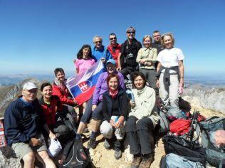 """Bobotov kuk, 2522 m, najvyšší vrch Durmitoru,. Pre nás to však bude navždy """"Dodokov kuk"""", to sa lepšie pamätá podľa Julky a Dana. Spoločné foto na Bobotovom kuku však nestihnú všetci, ale my vieme, že ho zdolala aj naša najmladšia turistka Tánička s maminkou Ľubkou a ďalší.."""