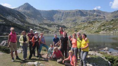 Foto pred Ribným jazerom a ideme ďalej. Vľavo je vrch Damga, na ktorý sa vybrala pred nami skupina a).