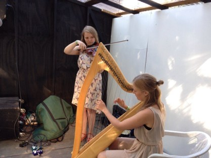 """Ud over guitaristen til min spontantekst, inviterede jeg også duoen Julia og Emma med på scenen. De spillede til min oplæsning af """"20 tweets til Felice"""""""