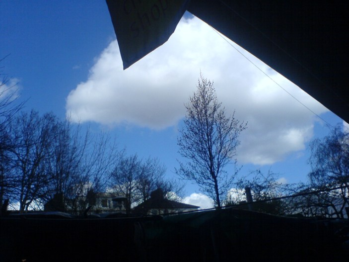 Skyen i London, på vej mod sydvest med en kort byge. Foto: Tony Lorentzen